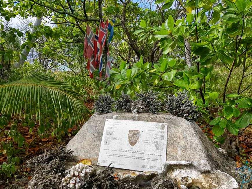 Stèle en mémoire du radeau norvégien le Kon-Tiki sur Raroia.