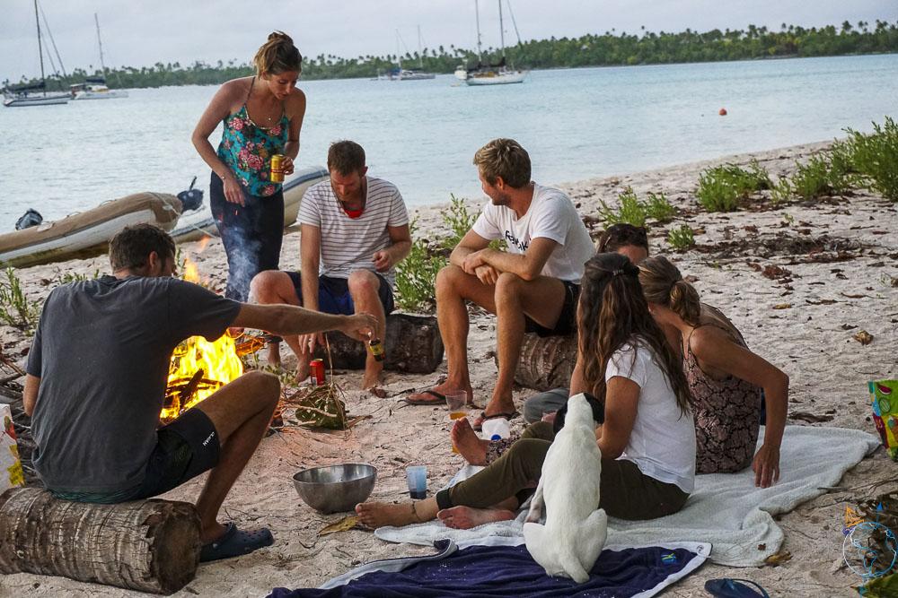 Feu de camp sur la plage du motu Hirifa.
