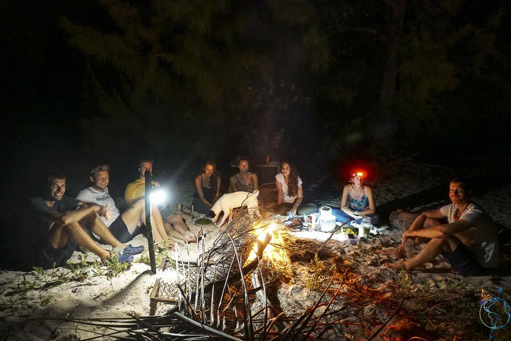 Barbecue et feu de camp sur la plage à la nuit tombée.