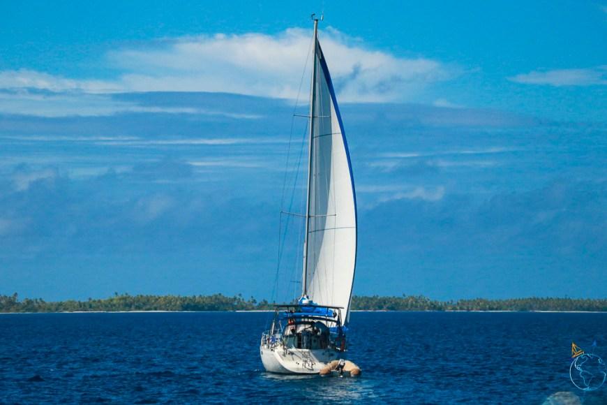Notre Océanis 390 qui navigue doucement sur le lagon de l'atoll de Makemo, aux Tuamotu.
