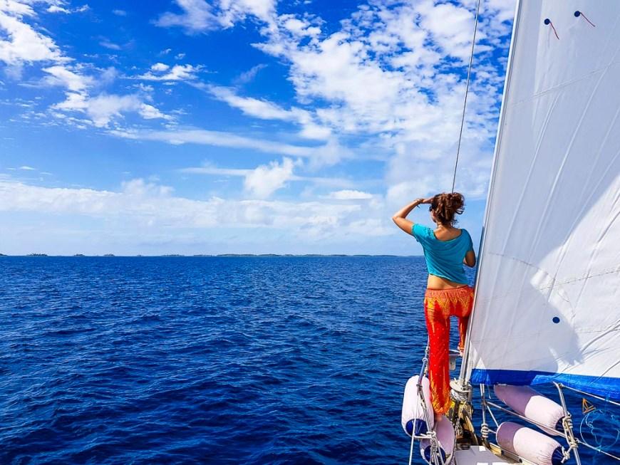 Navigation à l'oeil et pas beau temps sur le lagon de Makemo.