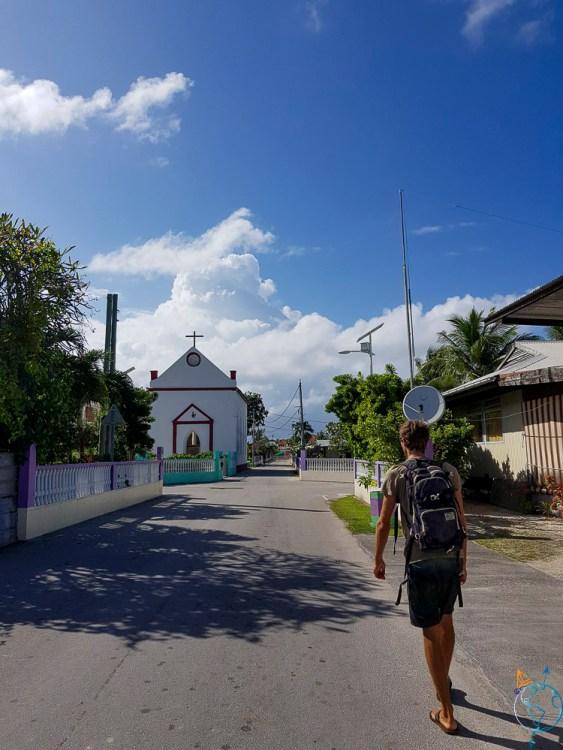 Petite rue du village de Makemo avec l'église en coin.