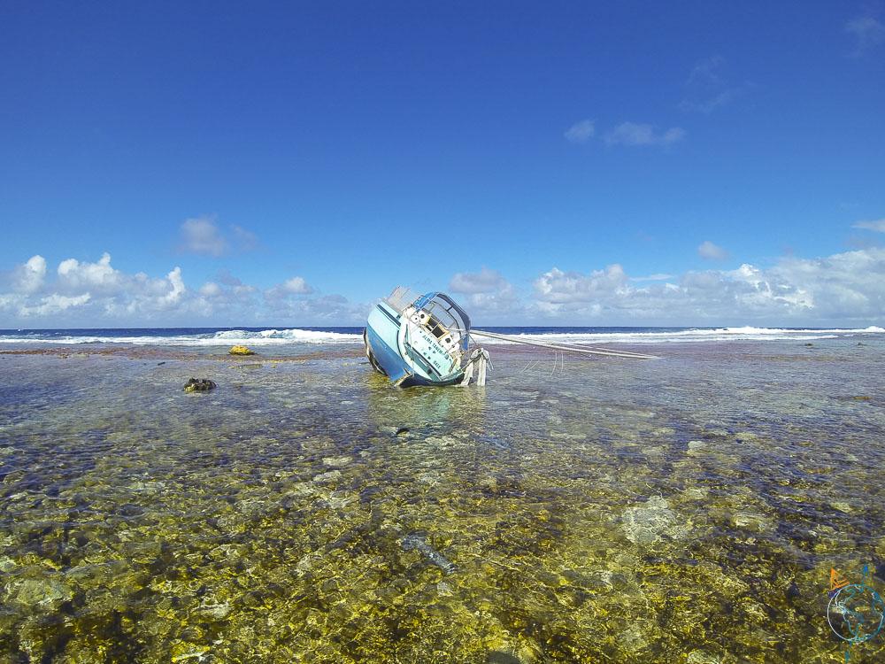 Pauvre voilier qui s'est échoué sur les coraux à Makemo.