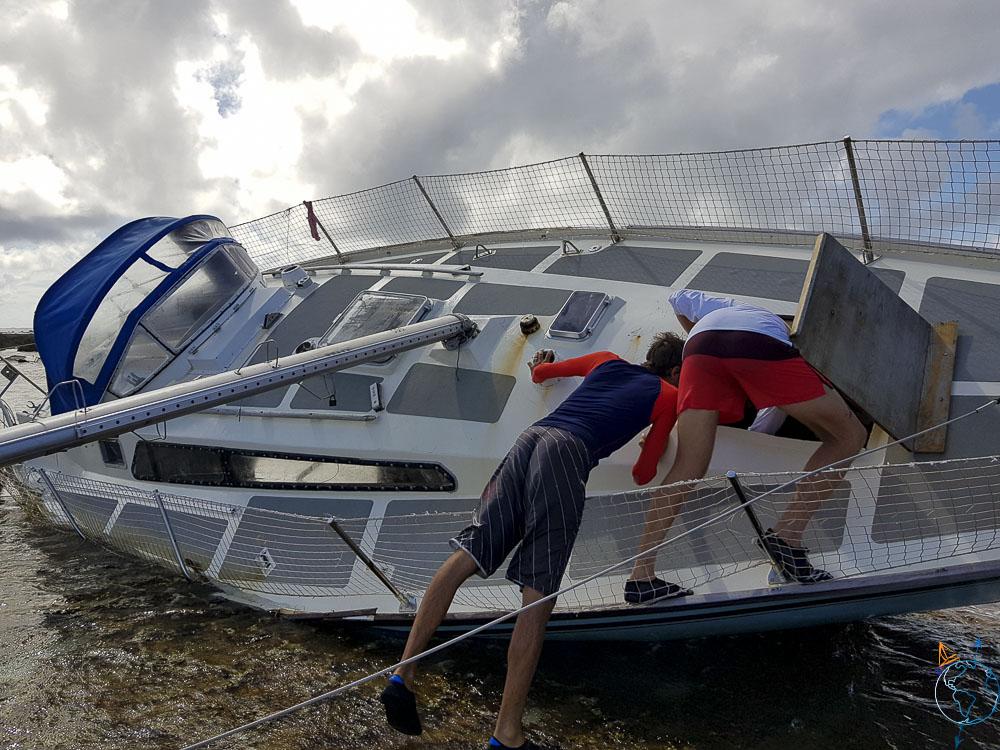 Exploration d'un voilier échoué sur le récif à Makemo.