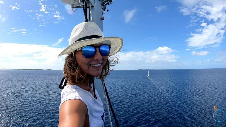 Helene dans le mât de Wapiti pour surveiller les coraux à Makemo.