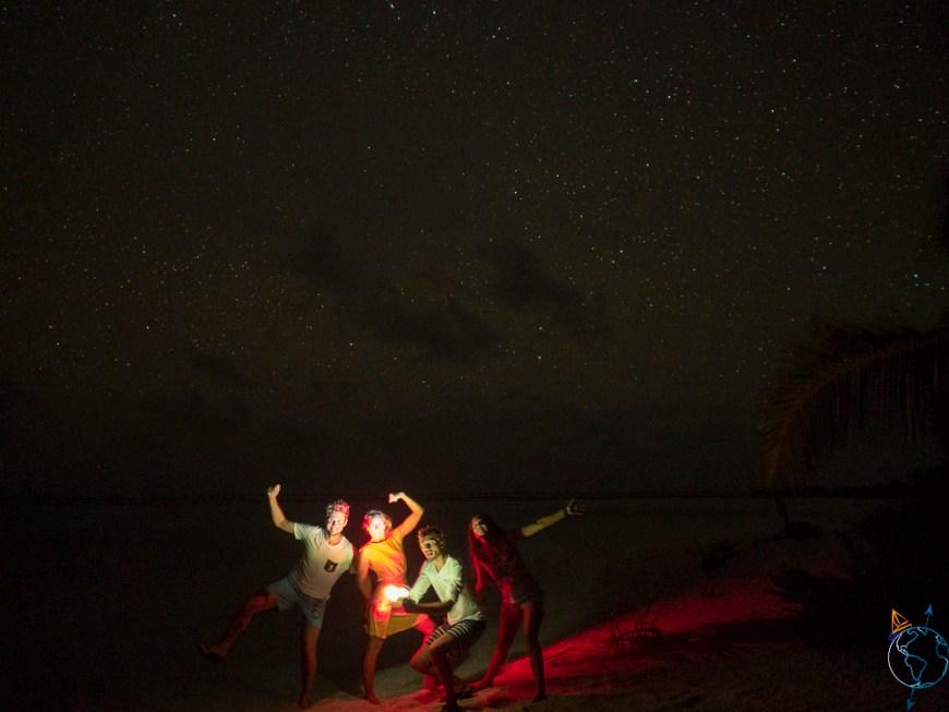 Wapiti et nous sous une belle nuit étoilée aux Tuamotu sur l'atoll de Makemo.