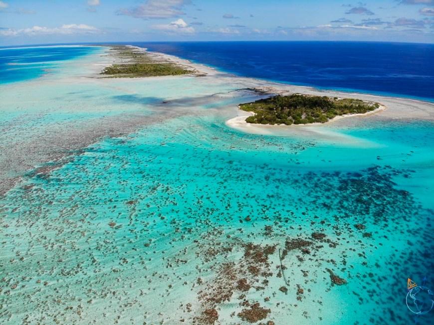 Les motu le long de la barrière de corail au sud de l'Anse Amyot.