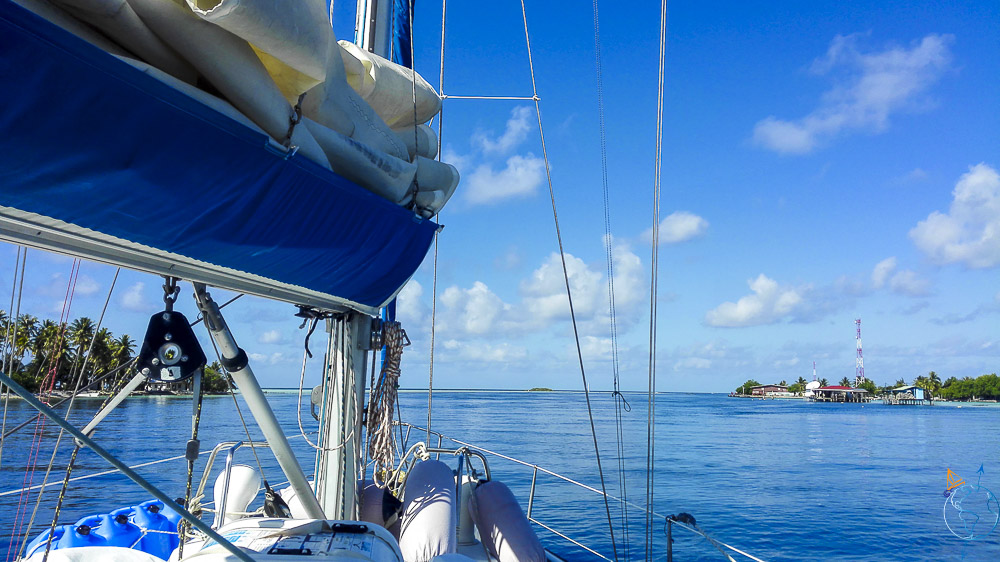 Arrivée dans la passe de l'atoll d'Apataki aux Tuamotu.