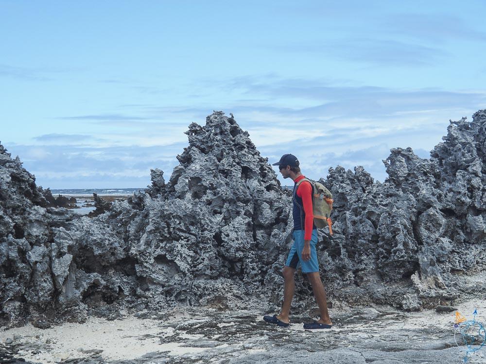 Damien se baladant proche des récifs coupant de Rangiroa.