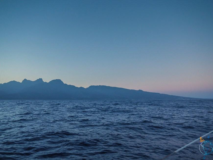 Lever de soleil sur l'île de Tahiti, à notre arrivée à la voile depuis Rangiroa.