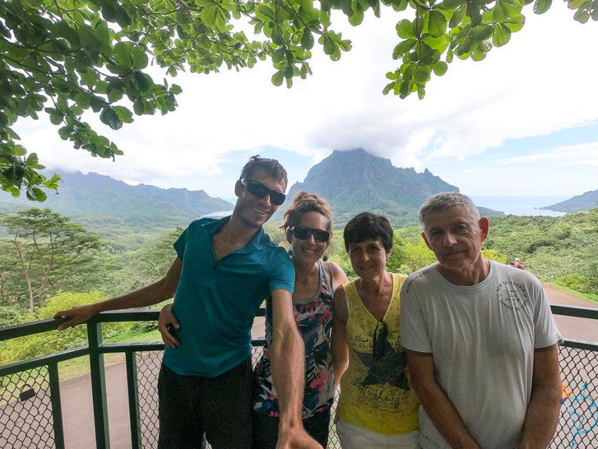 Photo de famille devant le majestueux mont Rotui.