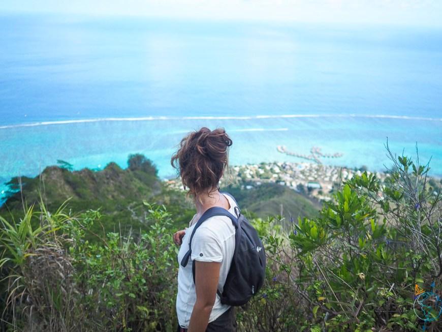Première étape de la montée du mont Rotui, avec vue sur le mouillage de Taahiamanu.