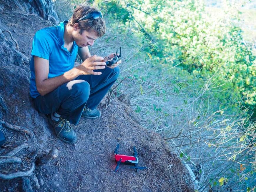Lancement du drone sur le mont Rotui pour admirer la vallée d'Opunohu.