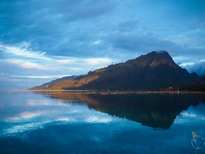 Le mont Rotui se reflétant dans le lagon de Moorea au coucher du soleil.