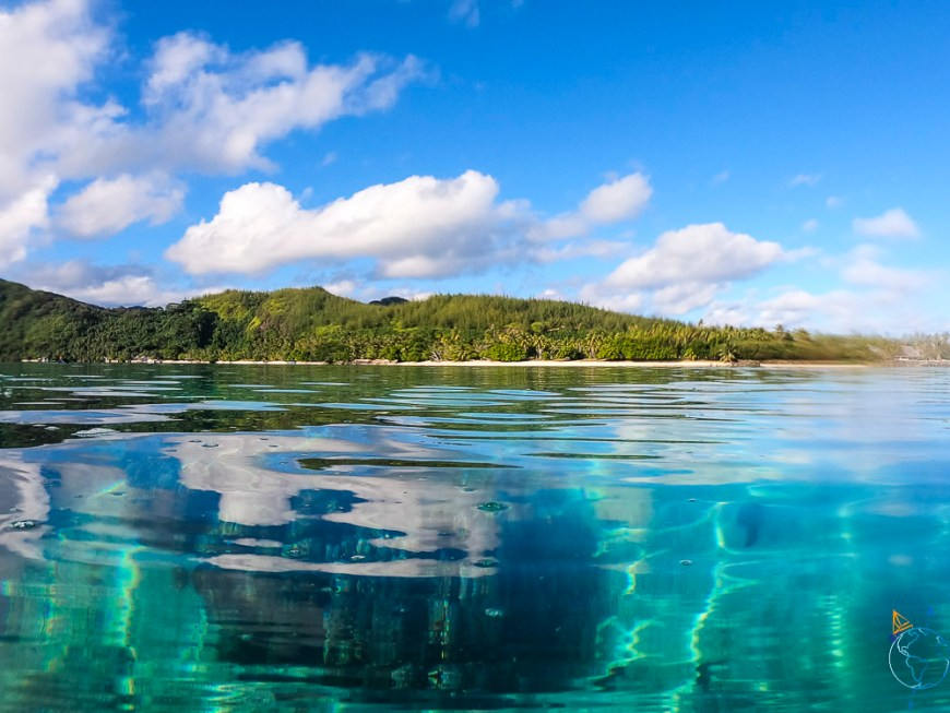 La baie d'Avea vue au ras de la surface de l'eau au sud de Huahine.