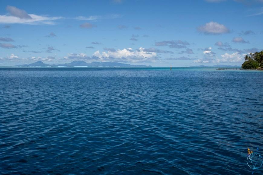 Vue sur les îles de Raiatea-Taha'a depuis la baie d'Avea au sud de Huahine.
