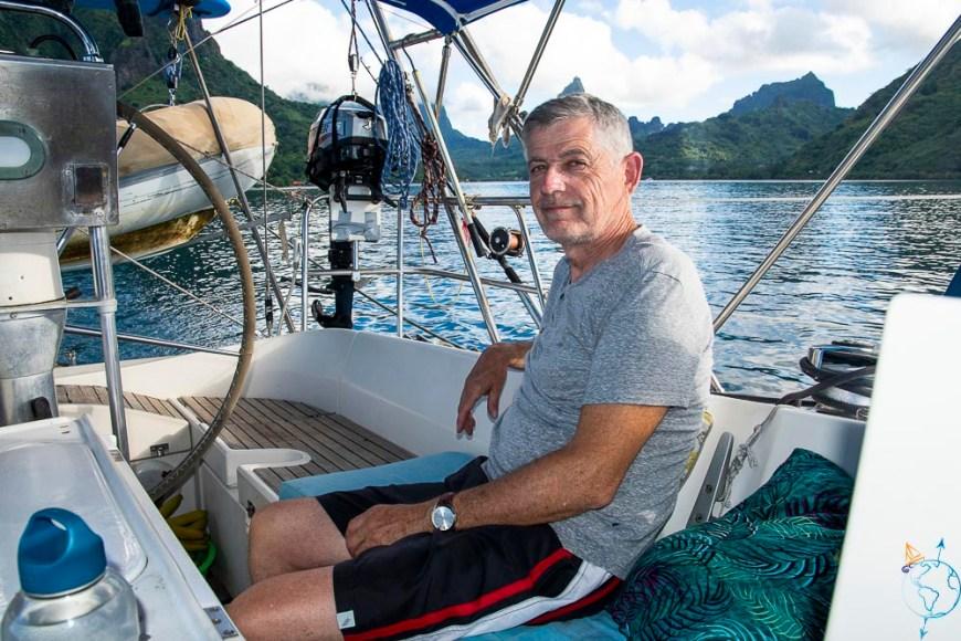 Mon père attend tranquillement le départ en mer pour Huahine.