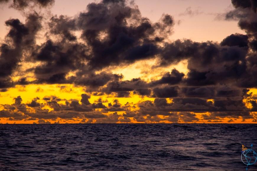 Lever de soleil sur la mer, en approche de l'île de Huahine en Polynésie française.