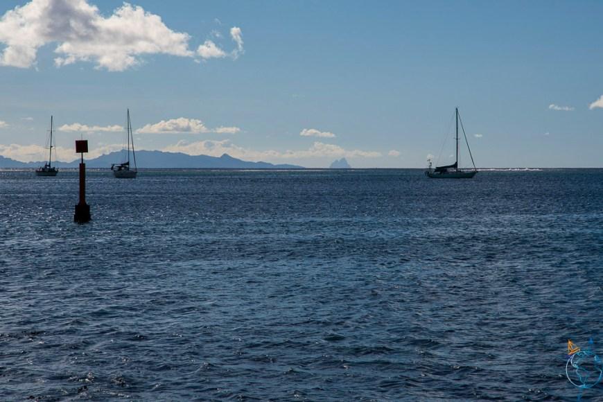 L'île de Bora Bora vue de loin depuis Fare à Huahine.