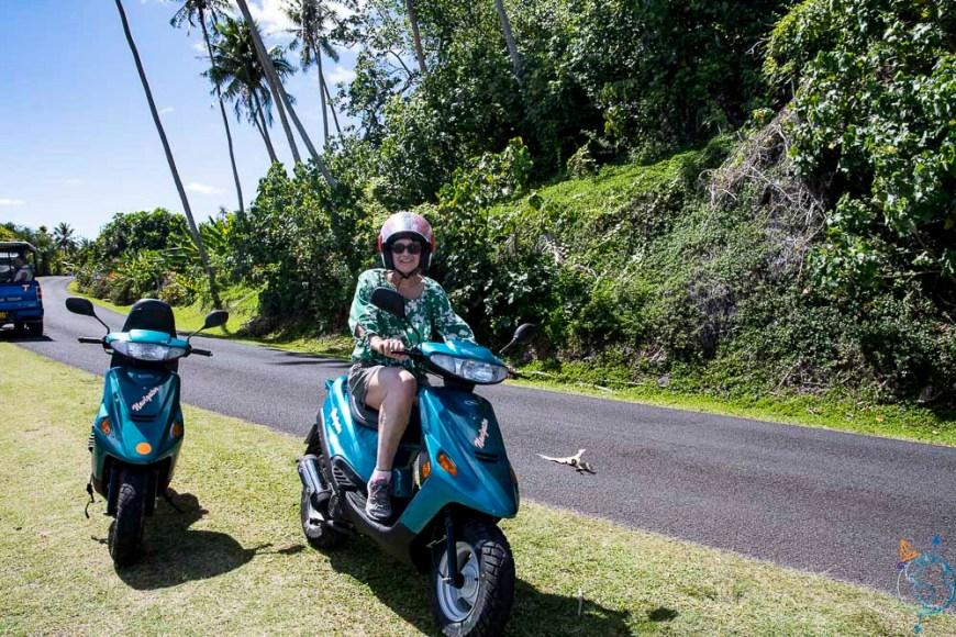 Ma mère sur le scooter de location.