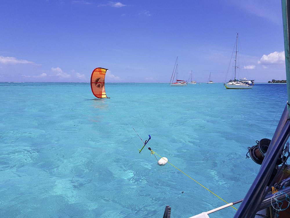 Aile de kite en attente sur le côté du bateau