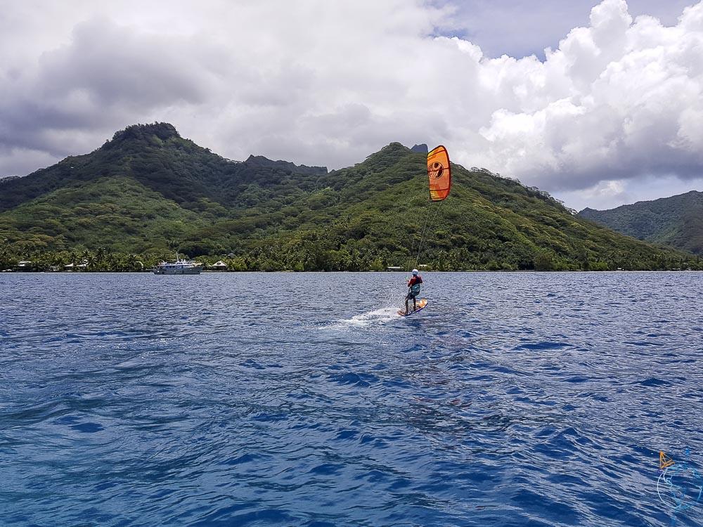 Kite foil dans le lagon de Moorea à Vaiare