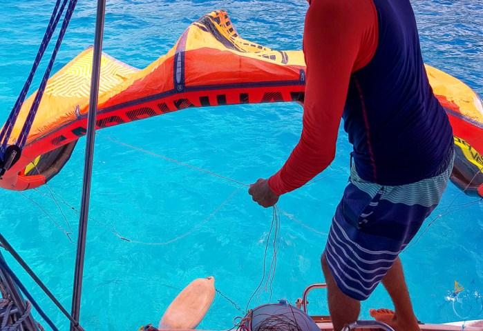 on retourne l'aile sur le bord d'attaque pour la déposer sur l'eau