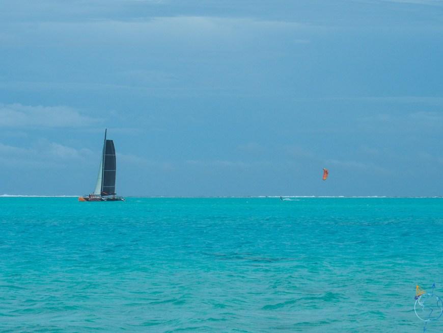 Vitamin Sea au loin sur le lagon, avec Damien à côté en kitesurf.