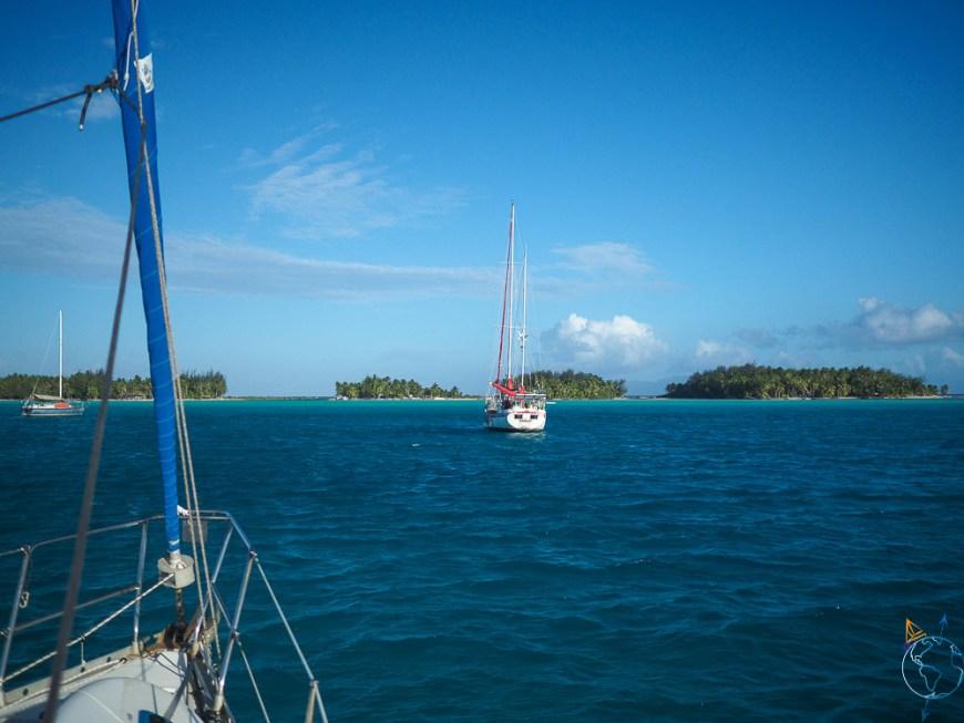 Le ketch Phoenix à l'ancre juste devant nous à Bora Bora.