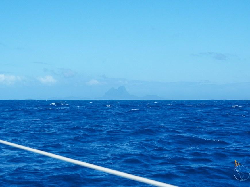 Vue sur Bora Bora au loin depuis Taha'a et Raiatea, avant notre navigation.