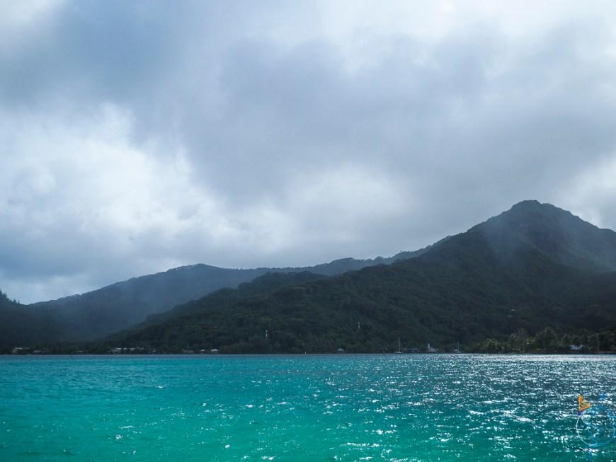 Le lagon bleu émeraude sous la pluie et les nuages.