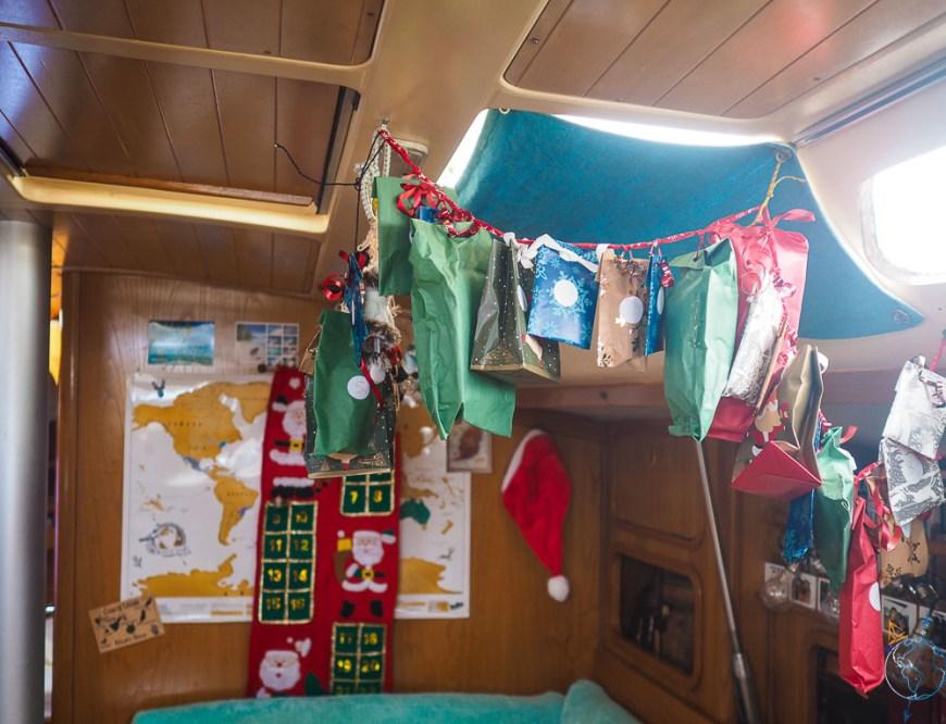 Guirlande et décorations accrochées dans le carré du bateau.