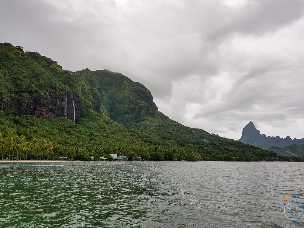 Le mont Rotui et la baie d'Opunohu pendant la saison des pluies.