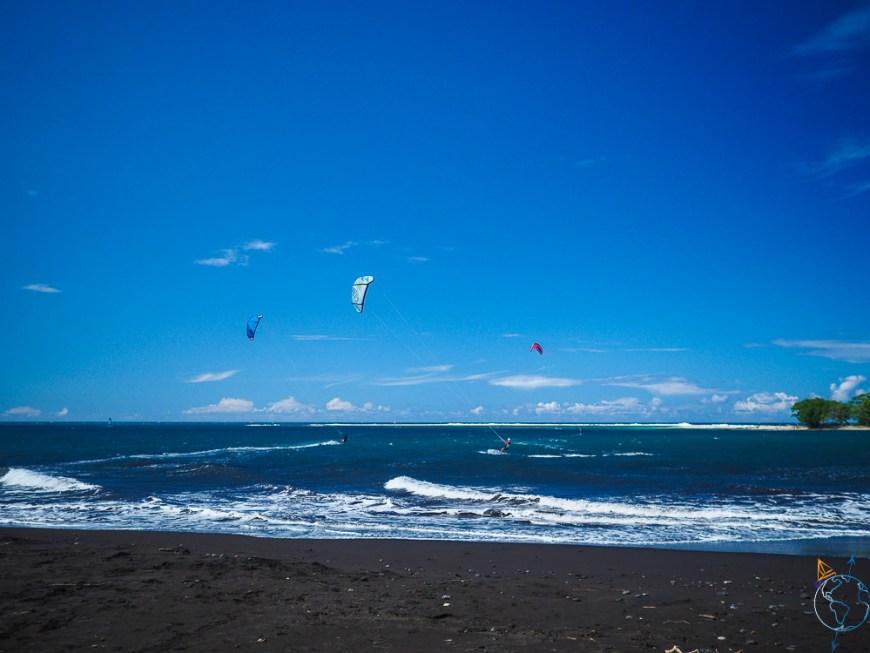 Les ailes de kite qui volent sur le spot du motu Martin.