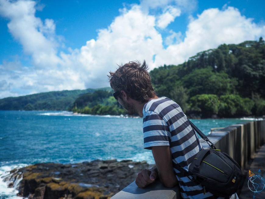 Damien qui regarde l'océan au site du Trou du Souffleur.