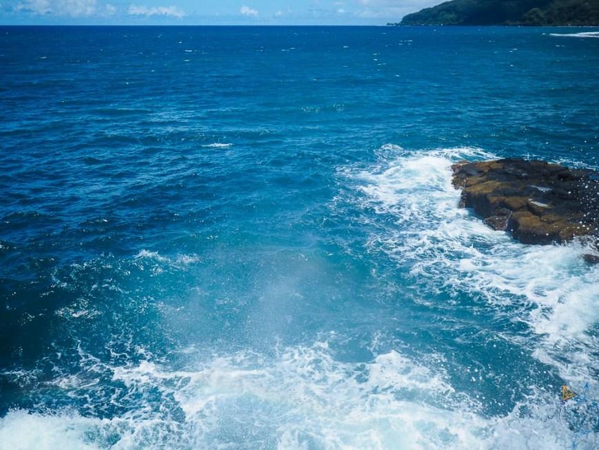 Les vagues de l'océan qui se brisent sur les falaises au nord-est de l'île.