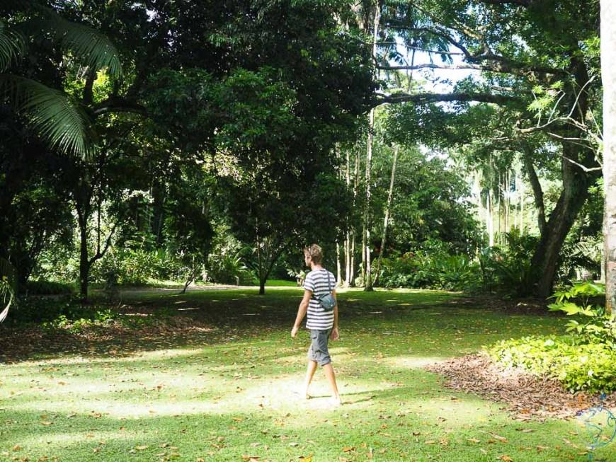 Damien qui se promène dans le parc du motu Ovini au sud-est de Tahiti Nui.