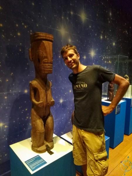 Statue de tiki dans le musée de Tahiti et ses îles.