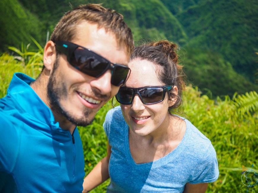 Selfie devant la verdure de l'île de Tahiti.