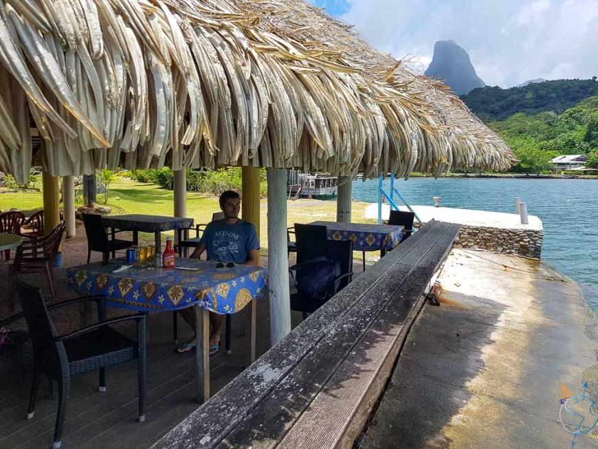 A table au restaurant L'Ananas bleu dans la baie de Cook.