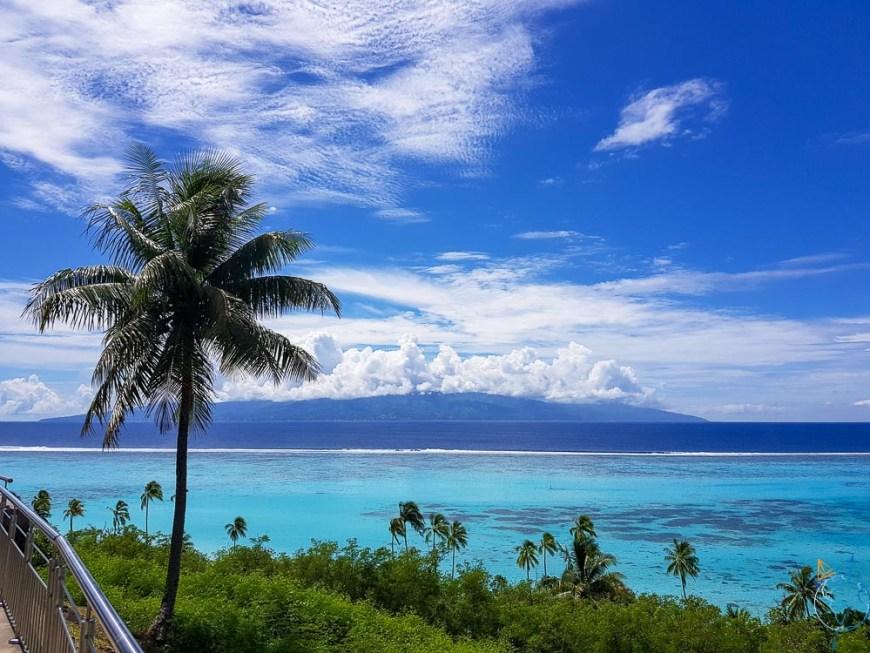 Vue sur Tahiti depuis le point de vue Toatea à Moorea.