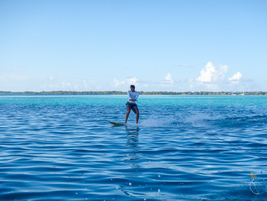 Surf tracté sur le lagon de Bora Bora.