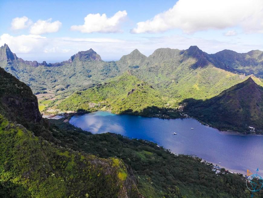 La baie d'Opunohu vue en drone depuis le mont Rotui.