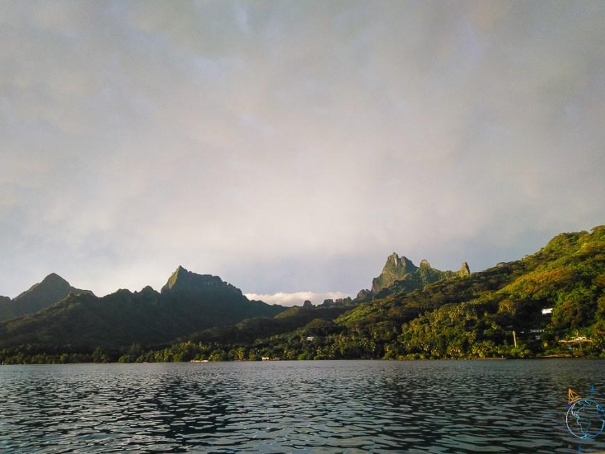 Baie de Haapiti sous les nuages à Moorea.