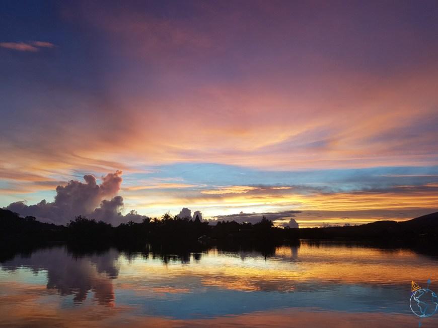 Les magnifiques couleurs de l'aurore sur le mouillage de Phaeton.