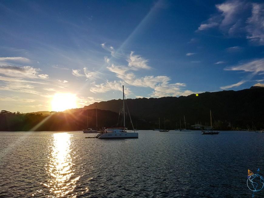 Lever de soleil sur l'île de Tahiti et la baie de Phaeton.
