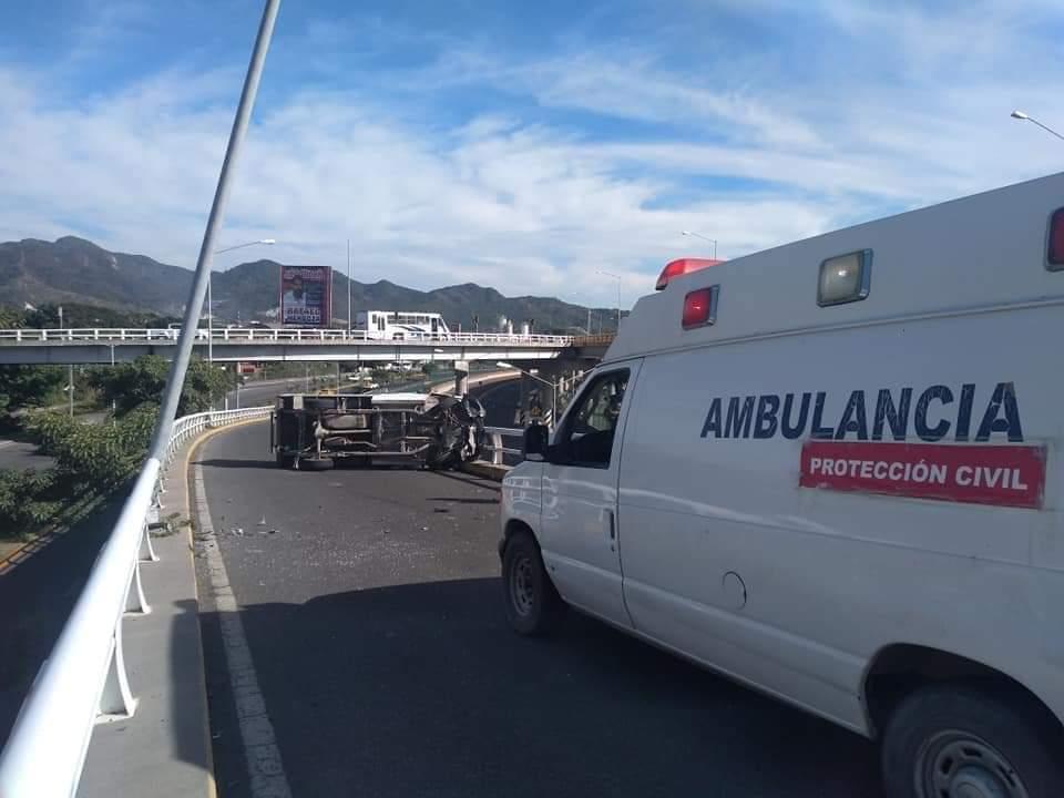 Se registra volcadura sobre distribuidor vial en Manzanillo