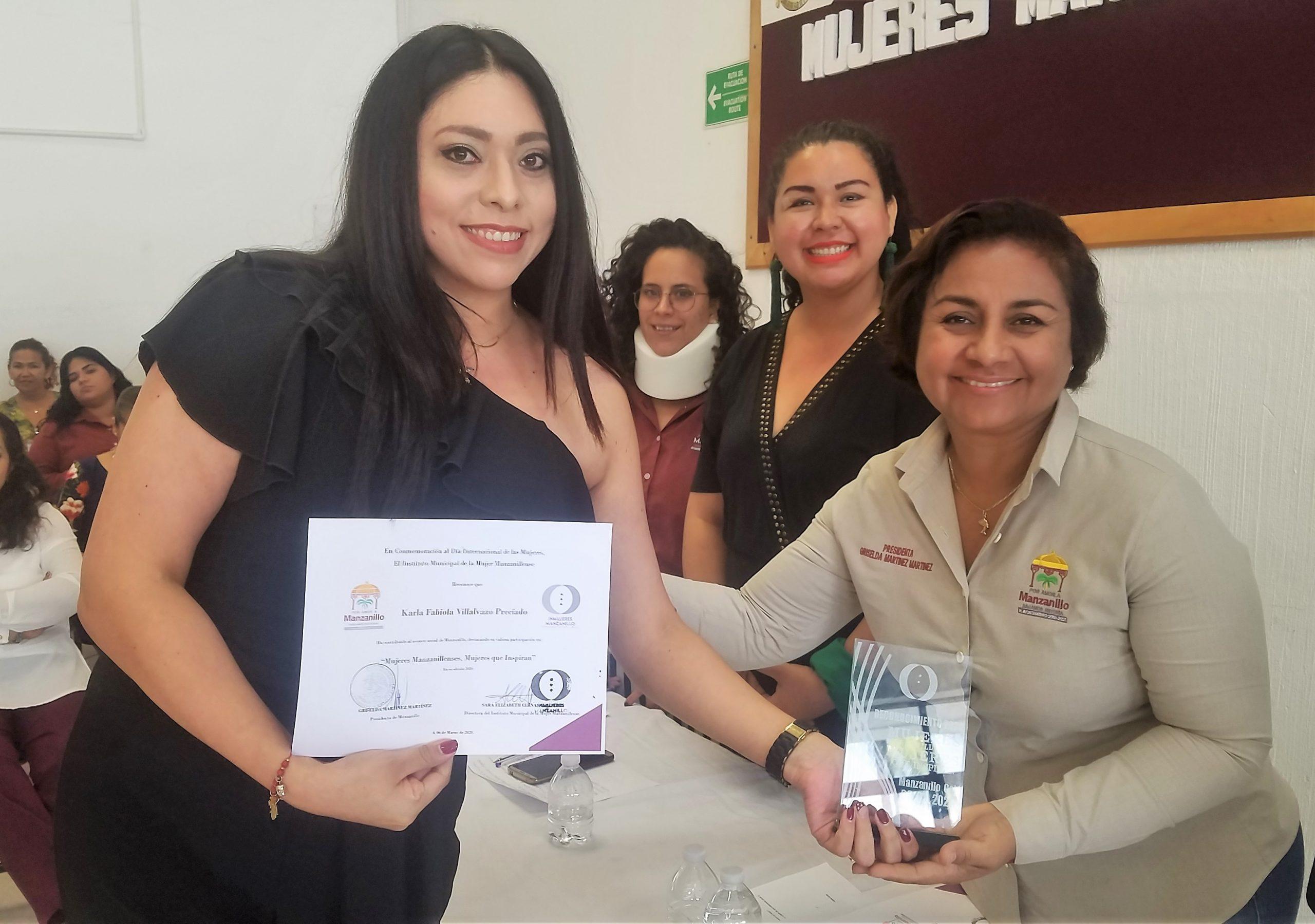 Recibe Karla Villalvazo reconocimiento