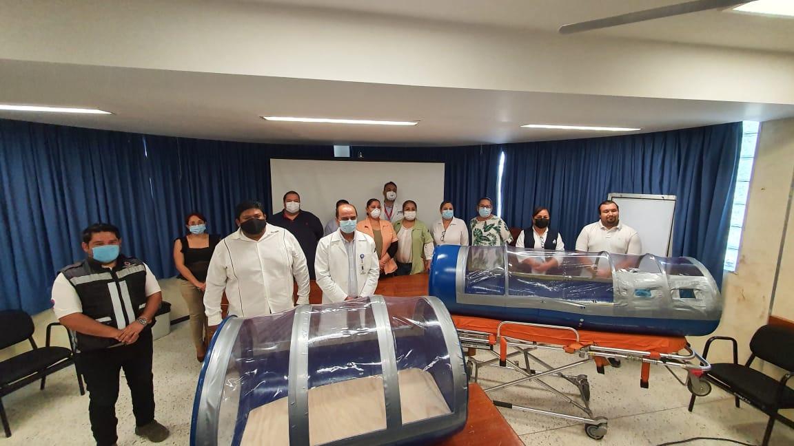 Dona Periodista 2 cápsulas de aislamiento para pacientes con COVID-19 al Hospital General de Tecomán