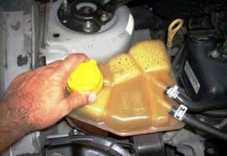 Como colocar água no radiador